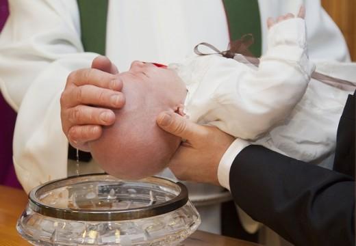 Prêtre baptisant un nouveau-né